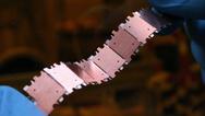 Mechanisch flexible Batteriestreifen aus segmentierten Mikrobatterien