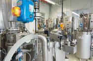 Die leitende Elektrolyt-Flüssigkeit für Aluminium-Elektrolyt-Kondensa-toren wird in Tanks aufbewahrt.