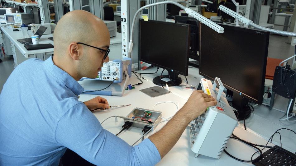 Bereits während seines Studiums schnupperte Wasilios Pitharas Unternehmsluft bei Würth Elektronik eiSos. Inzwischen ist er Produktmanager im Bereich EMC Inductors.