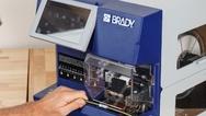 Pro Kabel 10 Sekunden schneller etikettieren:  Brady bietet automatisierte Kabelkennzeichnungsysteme an, mit denen Schrumpfschläuche und Wickeletiketten bis zu 10Sekunden schneller angebracht werden. So kann der Wraptor A6500 laut Unternehmensangabe