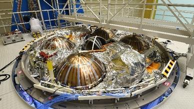 Ein Mitarbeiter von Airbus arbeitet am Europäischen Servicemodul (ESM) für das US-Raumschiff »Orion«.