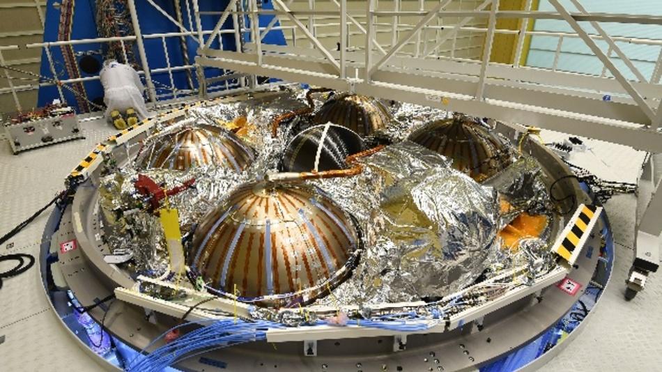 Ein Mitarbeiter von Airbus arbeitet am Europäischen Servicemodul (ESM) für das US-Raumschiff »Orion«. Das ESM soll 2020 zu einem ersten unbemannten Testflug starten. Das Servicemodul ist der Antrieb der Raumkapsel, es reguliert die Temperatur in ihrem Inneren und sorgt für Strom, Wasser und die Atemluft.