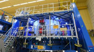 Das Europäischen Servicemodul (ESM) für das US-Raumschiff steht, zum Teil schon verpackt im Reinraum.