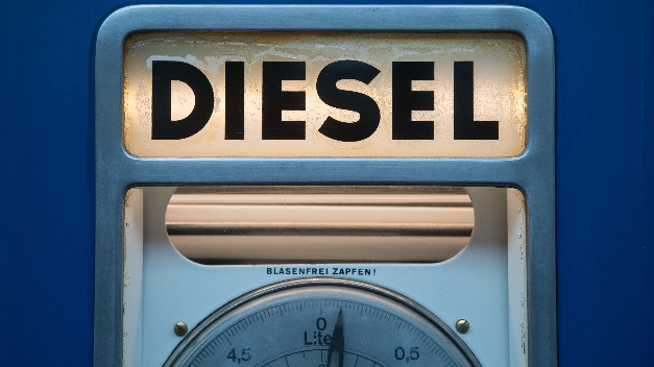 Das Wort »Diesel« ist bei der Oldtimermesse Retro Classics auf einer historischen Zapfsäule zu sehen.