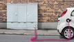 Kabelverzweiger Telekom lädt Elektroauto
