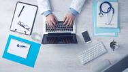 Arzt am Schreibtisch (Symbolbild)