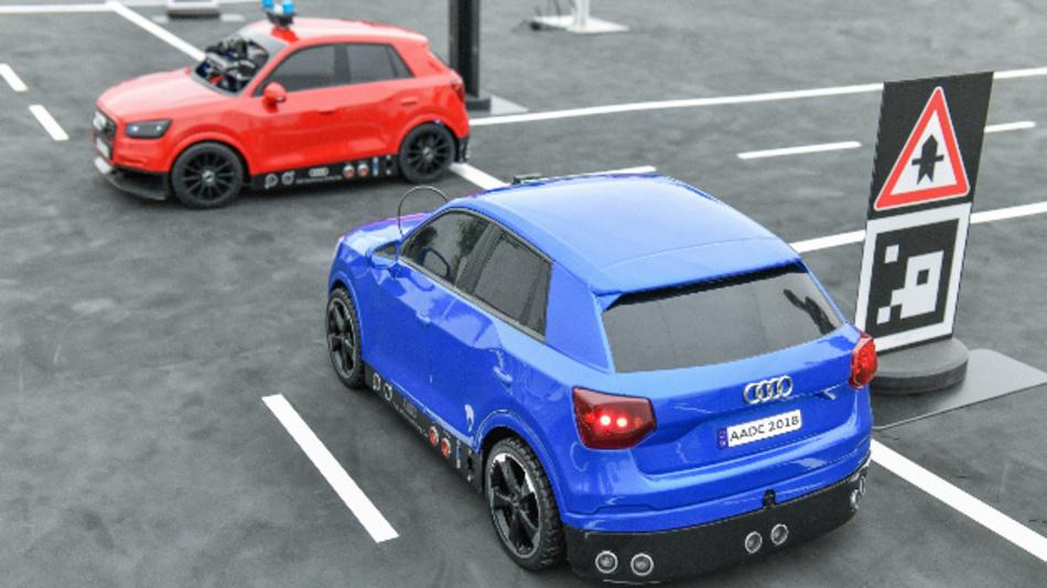 Fahrzeuge im Maßstab 1:8 fahren im Rahmen des Audi Autonomous Driving Cups 2018 autonom über den Parcours.