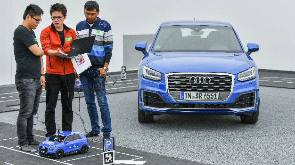 Die autonomen Modellautos müssen in die Lage versetzt werden, selbständig unterschiedliche Fahraufgaben auf dem Parcours zu bewältigen.