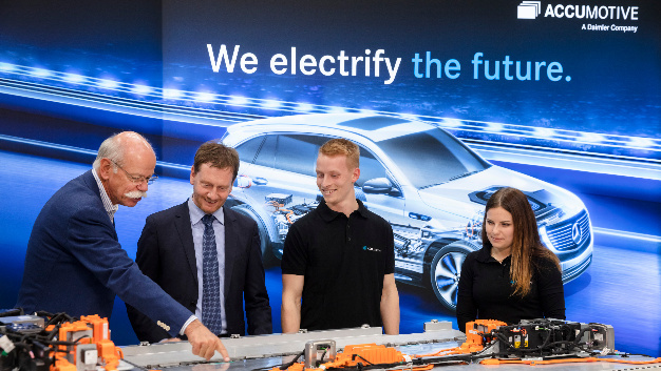 Bei einem Besuch im Werk in Kamenz zeigt Dieter Zetsche (links) mit zwei Auszubildenden (rechts) dem sächsischen Ministerpräsidenten Michael Kretschmer (2. von links) die Batterie des Elektrofahrzeugs EQC.
