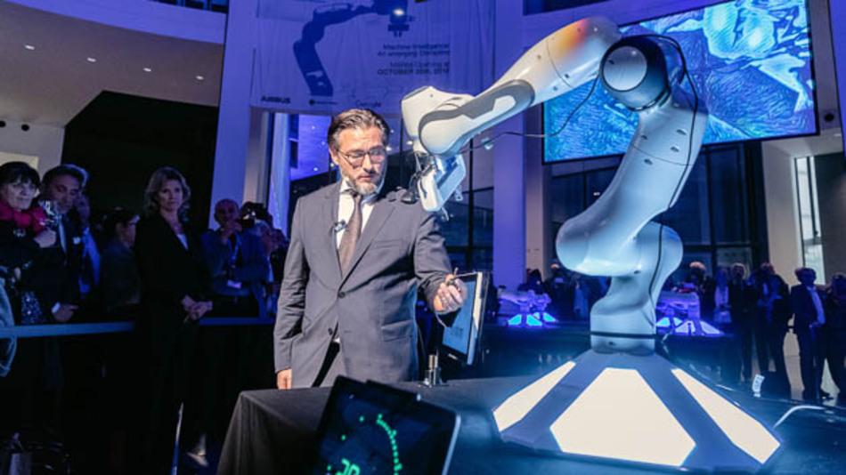 Mit einer großen Roboterdemonstration machte MSRM-Direktor Prof. Sami Haddadin das Thema vernetztes maschinelles Lernen begreiflich.