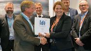 BKK hat bei Siemens umweltfreundliche SF6-freie GIS-Analgen bestellt: Im Bild Nils Klippenberg (CEO Energy Management Nordics, Siemens AS) und Wenche Teigland (CEO of BKK Nett) (von links nach rechts, erste Reihe).