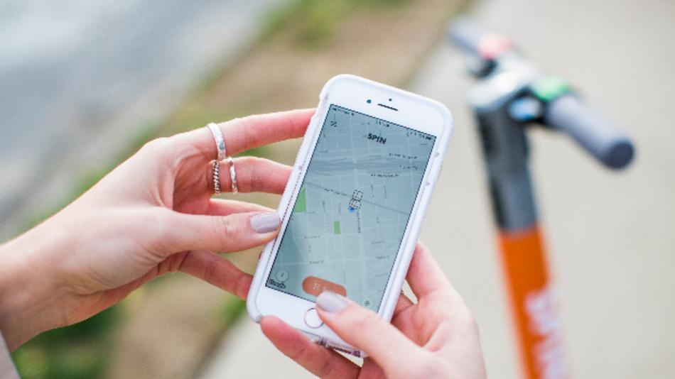 Schnell, einfach und bequem die letzte Meile von Auto zu ziel in Städten und urbanen Regionen zurücklegen: Ford setzt dabei auf e-Roller, die in ein durchgängiges Mobilitätskonzept integriert werden.