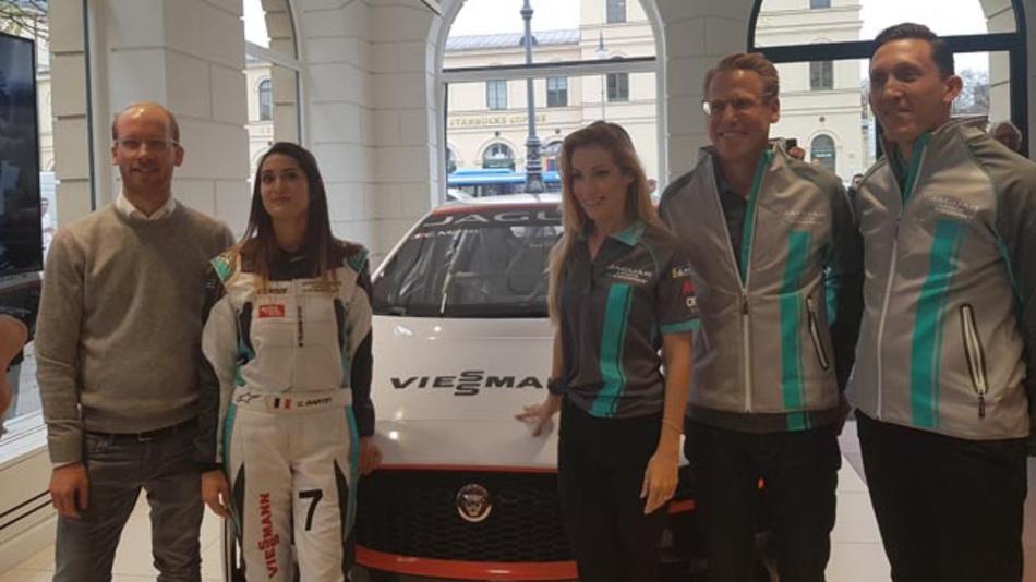 Célia Martin (zweite von links) wurde als Pilotin des deutschen Jaguar I-Pace eTrophy Autos vorgestellt.