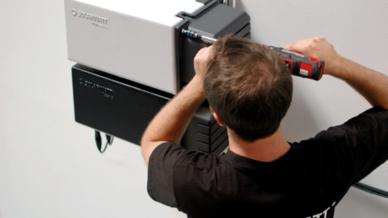 Installation eines MyReserve Stromspeichers von Solarwatt.
