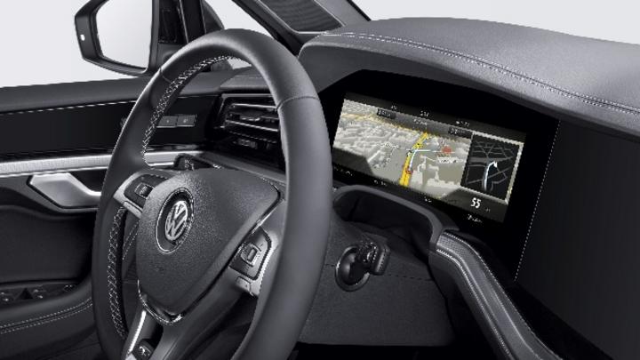 Bosch bringt das weltweit erste gebogene Kombiinstrument im Volkswagen Touareg in Serie.