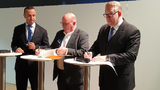 im Bild v.l.n.r.: Jon DeSouza, Präsident und CEO Harting Americas; Alan Clapp, Vice President bei Heilind Electronic und Edgar-Peter Düning, Geschäftsführer Harting Electric.