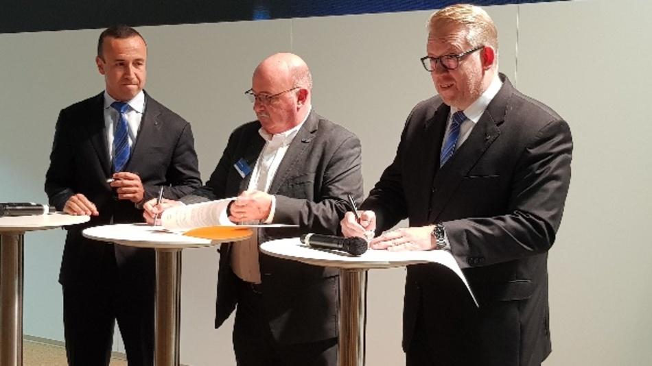 Die Vereinbarung zwischen Harting und Heilind Electronics wurde heute auf der electronica unterzeichnet. Im Bild v.l.n.r.: Jon DeSouza, Präsident und CEO Harting Americas; Alan Clapp, Vice President bei Heilind Electronic und Edgar-Peter Düning, Geschäftsführer Harting Electric.