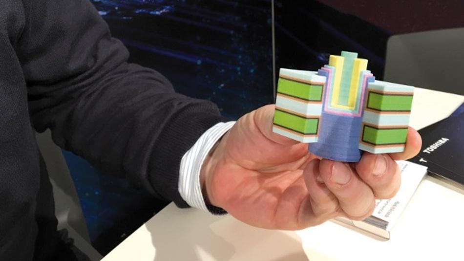 Axel Stoermann zeigt eine einzelne Charge-Trap-Speicherzelle...