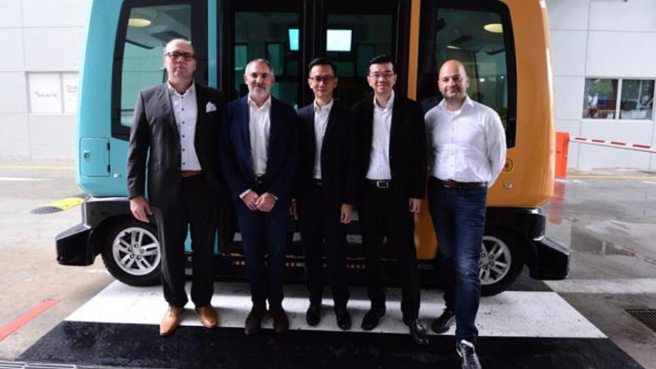 Ralph Lauxmann, Continental, Gilbert Gagnaire, EasyMile, Tan Kong Hwee, EDB, Kien Foh Lo, Continental, Pejvan Beigui, EasyMile (vlnr) wollen zukünftig Singapure gemeinsam auf Fahrtests autonomer Fahrzeuge auf öffentlichen Straßen des Stadtstaates vorbereiten.