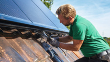Für die Energiewende Installation einer Photovoltaik-Anlage