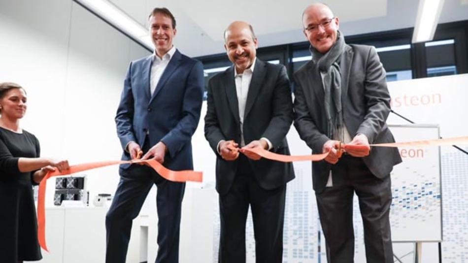 Visteons Präsident und CEO Sachin Lawande (Mitte), Jens Tillner (links) und Jochen Ladwig, Vice President Global Procurement und Supplier Quality bei Visteon, eröffnen feierlich das neue Technologiezentrum.