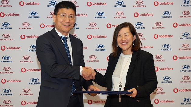 Kim Ji-yun, VP ICT Technical Division Hyundai Motor Group (li.) und Yen Yen Tan, President Vodafone Global Enterprise Asia Pacific.