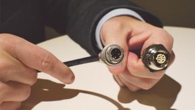 Matthias Domberg präsentiert die neuen Push-Pull-Steckverbinder