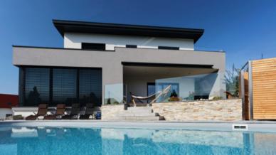 Modernes Smart Home mit Pool