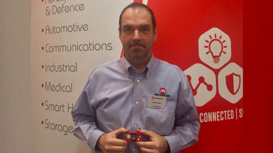 Lucio di Jasio, Business Development Manager bei Microchip, präsentierte das neue AVR-Entwicklungmodul für IoT-Applikationen auf der Electronica 2018.