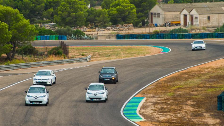 Elektrofahrzeuge unterschiedlicher Marken treten beim »ecoGP« gegeneinander an – wer schafft die meisten Runden?