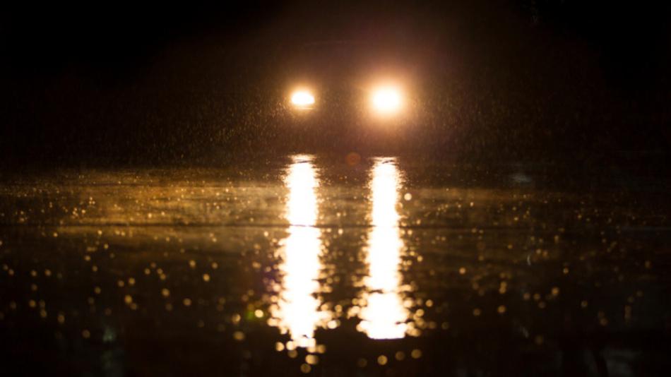 Eine unangenehme Verkehrssituation: Die Beleuchtung des entgegenkommenden Fahrzeugs blendet und die Fahrbahn reflektiert zusätzlich das Licht.