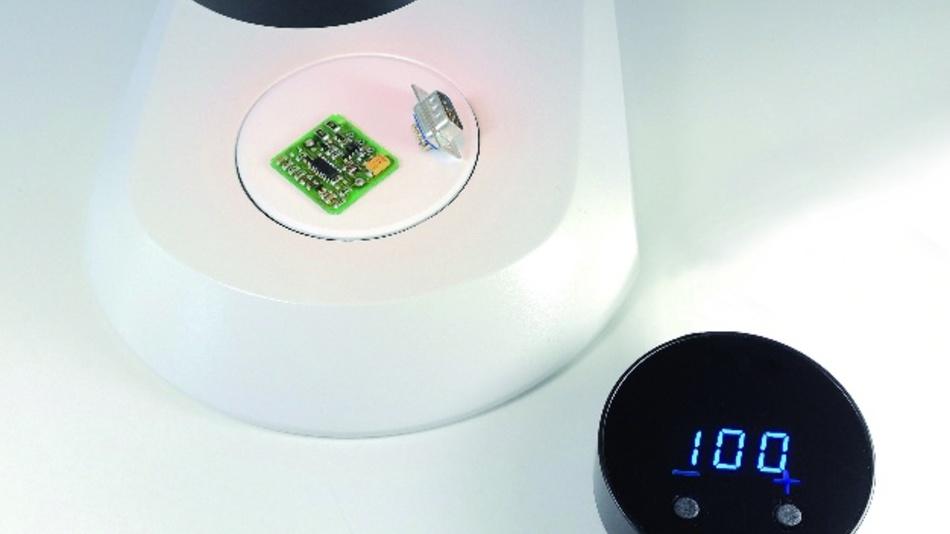 LED-Beleuchtungen sind für Inspektionen mit dem Mikroskop und der Videooptik sowie für die Bildverarbeitung unerlässlich. Controller regeln diese Beleuchtungen und ermöglichen unterschiedliche Beleuchtungsmodi. Optometron hat seinen LED-Controller NT-I weiterentwickelt. Er bietet nun die prozentgenaue, stufenlose Einstellung der Helligkeit über eine Digitalanzeige. Damit lässt sich die Helligkeit exakt und reproduzierbar regeln. Auch beim Ausschalten des Controllers geht die Einstellung nicht verloren. Der aktuelle Helligkeitswert wird gespeichert und beim nächsten Start wieder hergestellt. Zudem bietet der NT-I ein akustisches Feedback beim Erreichen wichtiger Einstellungen, z. B. bei 100 % Helligkeit. Der Standby-Modus reduziert nach 20 Minuten Leerlauf die Helligkeit automatisch auf 10 %. Der NT-I verfügt über einen LED-Kanal und ist mit einem Durchmesser von 80 mm und einer Höhe von 25 mm besonders handlich.
