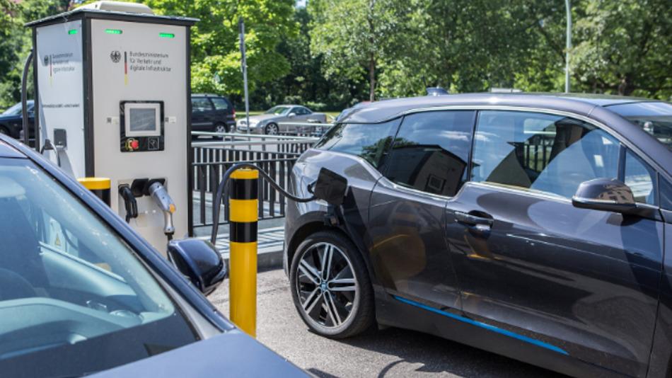 Das Bundesministerium für Verkehr und digitale Infrastruktur fördert die Elektromobilität in den Städten – beispielsweise durch den Ausbau des Ladenetzes.