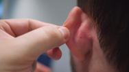 Die Ohrmuskelaktivität wird über feine Drähte abgeleitet, die in den Ohrmuskel direkt hinter der Ohrmuschel eingebracht werden.