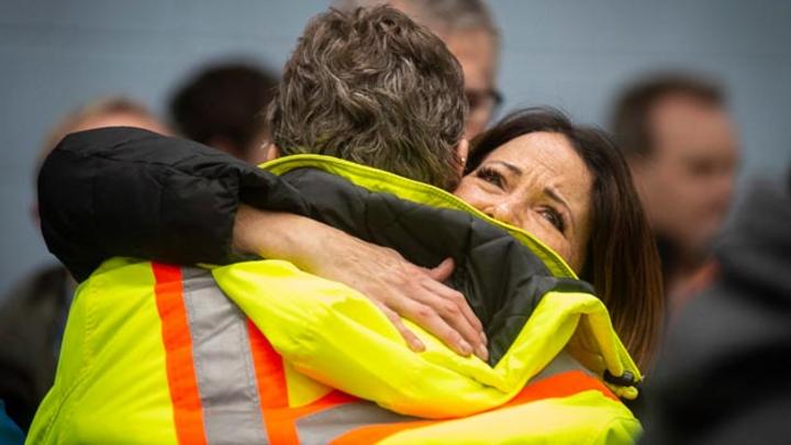 Zwei Mitarbeiter eines Werkes von General Motors umarmen sich vor einem Treffen mit dem Präsidenten von UNIFOR, einer Gewerkschaft, die die Angestellten des Werkes vertritt. GM hat ein großes Sparprogramm mit massivem Personalabbau und erheblichen Pr