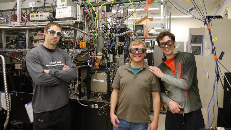 Dr. Uwe Niedermayer (Mitte) mit seinen Stanford-Kollegen Dr. Ken Leedle (l) und Dylan Black vor der Beschleunigerchip-Experimentierkammer in Stanford.