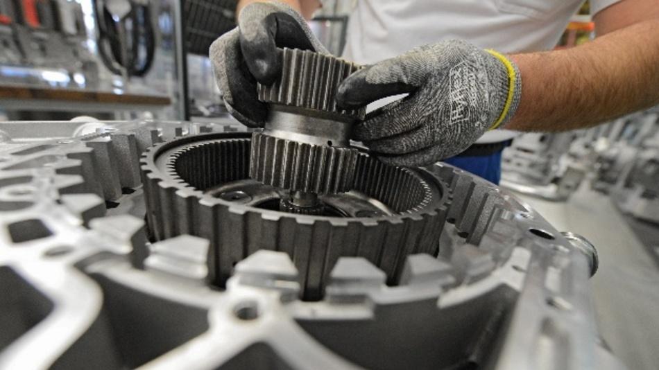 Ein Arbeiter baut in einem Werk der ZF Friedrichshafen AG ein Getriebe für einen Omnibus zusammen.