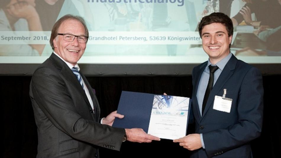 Jochen Kortmann (l.), Kurator der Stiftung Industrieforschung, überreicht Dr. Alexander Tobisch (r.) den ersten Preis der Stiftung Industrieforschung 2018