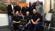Das Team der Schmidt Consult & Vertrieb GmbH führte die Installation des fünfmillionsten Solarwatt-Moduls aus.