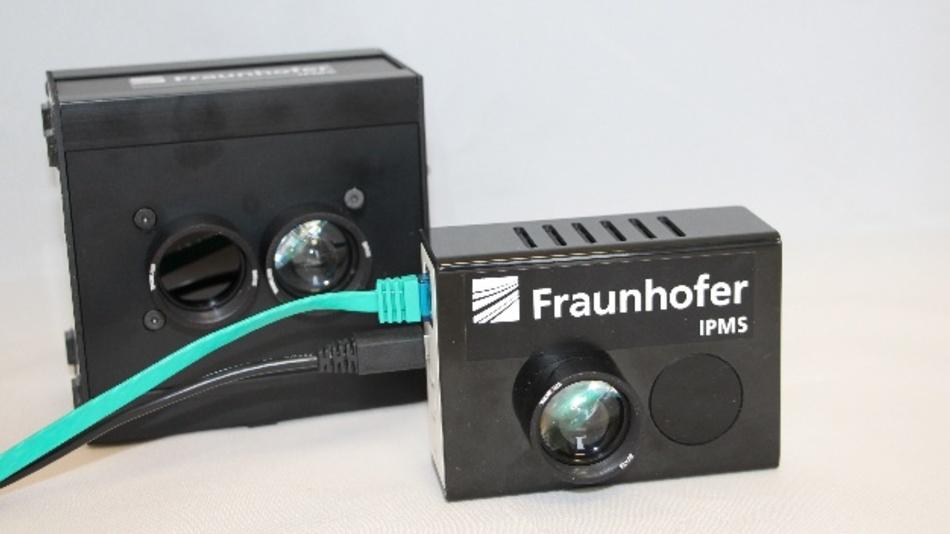 Der alte Li-Fi-HotSpot (hinten) und der neue: Mit Abmessungen von 67 mm x 69 mm x 34 mm deutlich kleiner.