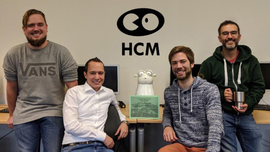 Ihren Reeti-Roboter, der weiß, worüber Sie besonders lachen können, v.l.n.r. flankierend: Dr. Florian Lingenfelser, Klaus Weber, Hannes Ritschel und Dr. Ilhan Aslan vom Augsburger HCM-Lehrstuhl.