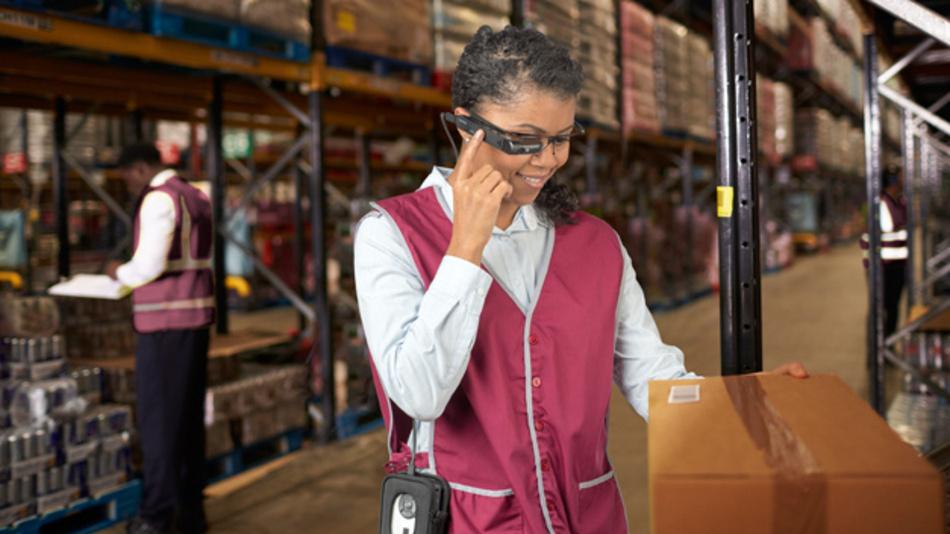 Mit der Datenbrille werden Mitarbeiter optimiert durch das Warenlager geführt und sparen sich so unnötige Wege.