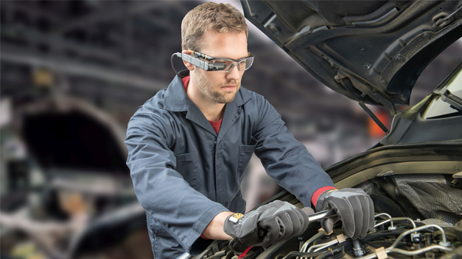 Arbeiter am Fließband mit Datenbrille: Unterstützt durch Bildmaterial lässt sich die Fehlerquote reduzieren.