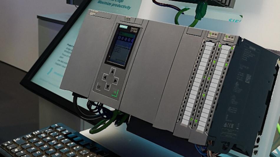 Siemens hatte auf der Messe eine Demo aufgebaut, bei der die idealen Greifpunkte für einen Roboterarm per SPS mit KI errechnet wurden.