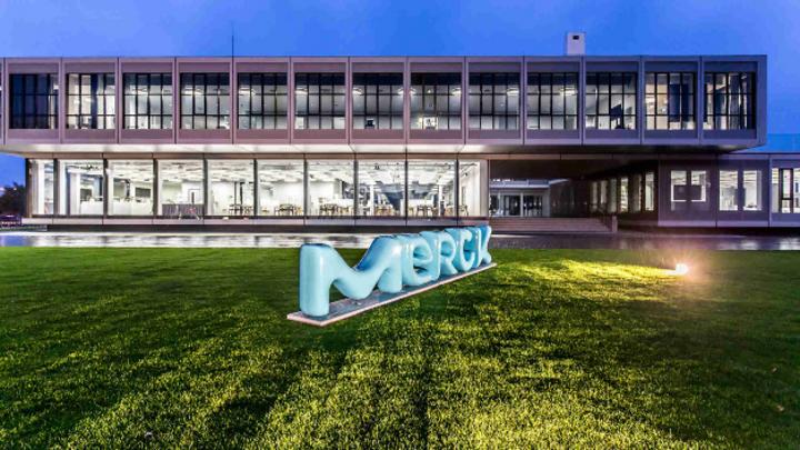 Trotz der Stellenstreichungen gebe es keine betriebsbedingten Kündigungen. Künftig will sich Merck stärker auf das Geschäft mit Halbleitern für die Elektronikindustrie ausrichten.
