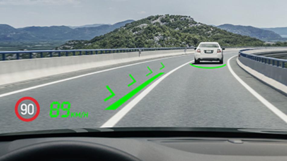 Das Head-Up-Display mit Augmented-Reality zeigt situationsbedingt zusätzliche Informationen direkt im Sichtfeld des Fahrers an.