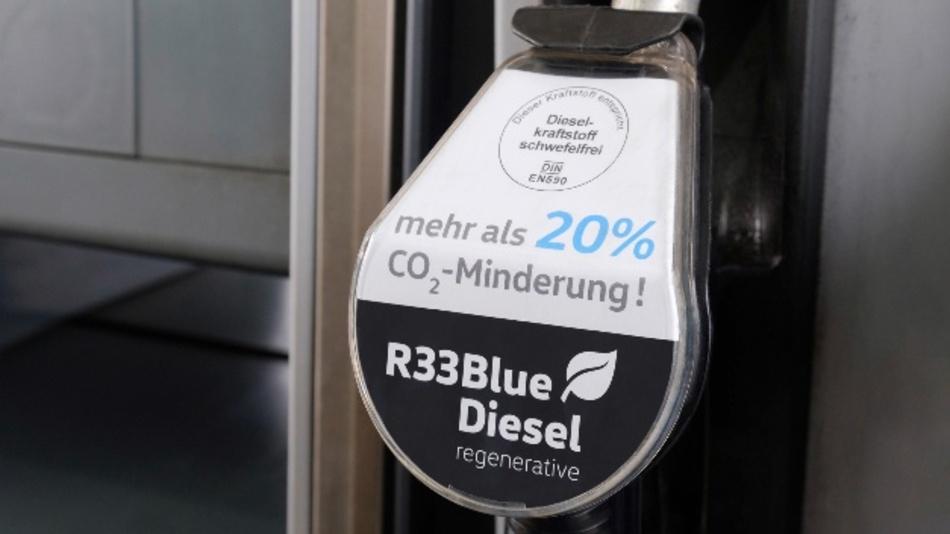Bald an der Tankstelle zu haben? Volkswagen und die Hochschule Coburg haben einen Kraftstoff u.a. aus Frittenfett entwickelt. Der R33 BlueDiesel soll CO2-Einsparungen von mindestens 20 Prozent bringen.