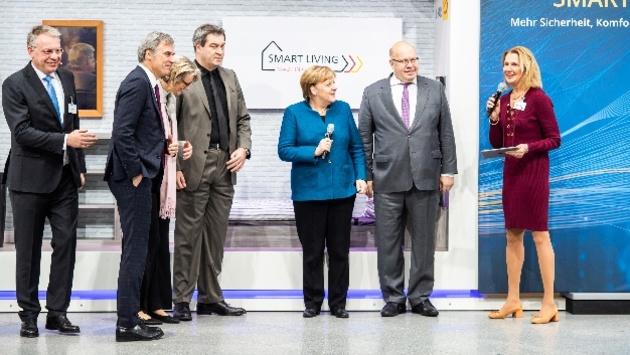 Wirtschaftsinitiative Smart Living Kanzlerin und Wirtschaftsminister zu Besuch