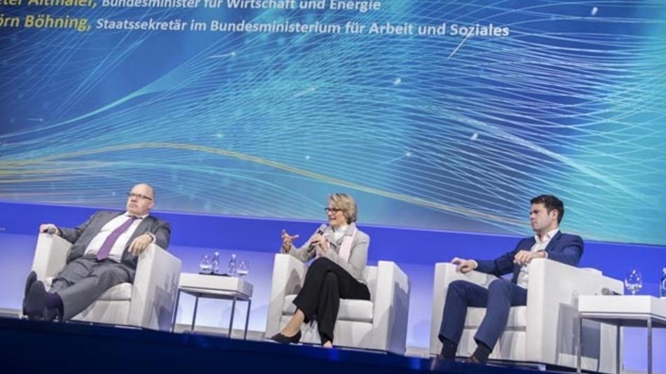 Wirtschaftsminister Peter Altmaier, Forschungsministerin Anja Karliczek und Björn Bohning, Staatssekretär im Bundesarbeitsministerium, stellen auf dem Digital-Gipfel die KI-Strategie der Bundesregierung vor.