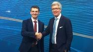 Handshake zwischen Bernd Leukert (links) und Dr. Frank Melzer